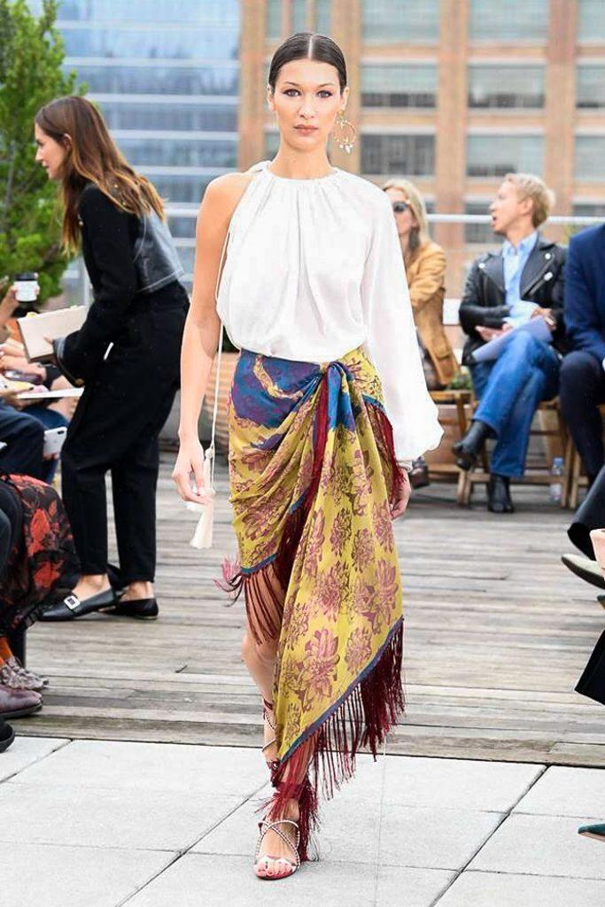 Bella Hadid desfilando para Oscar de la Renta