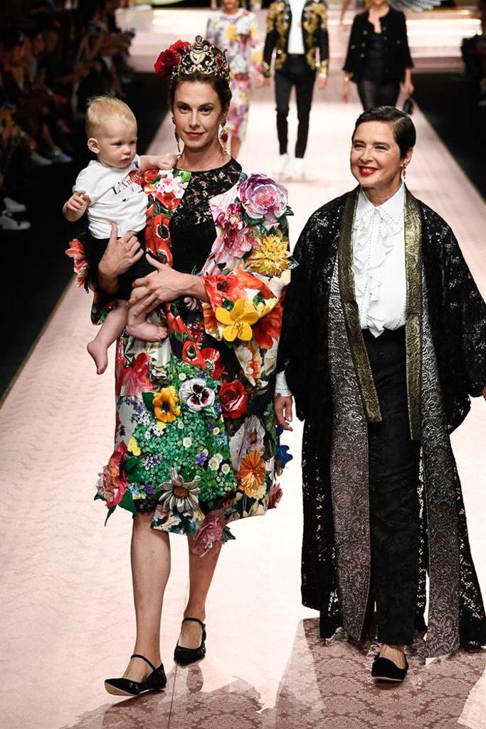 Modelos con bebe en el desfile de Dolce & Gabbana