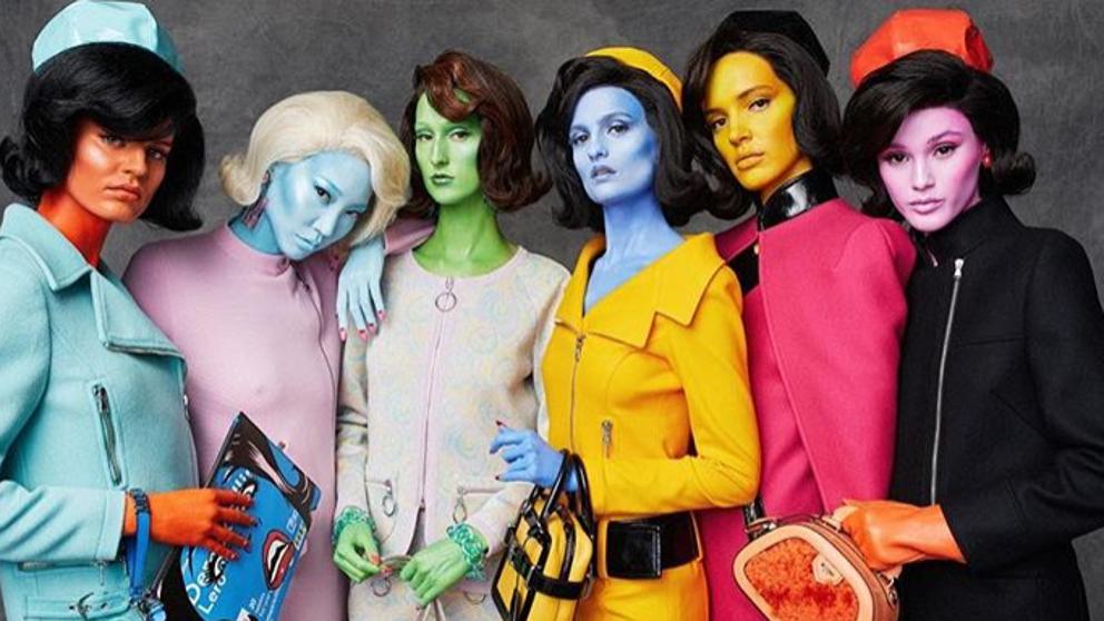 Modelos de la colección de Moschino pintadas de colores somo si fueran extraterrestres
