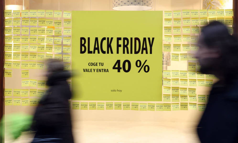Escaparate con cartel de descuentos por el Black Friday