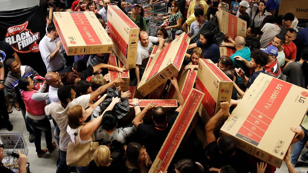 Clientes peleando por comprar productos con descuento en el Black Friday
