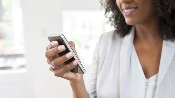 mujer consulta móvil rrss
