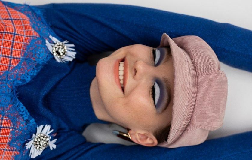 chica sonriendo perfil linkedin