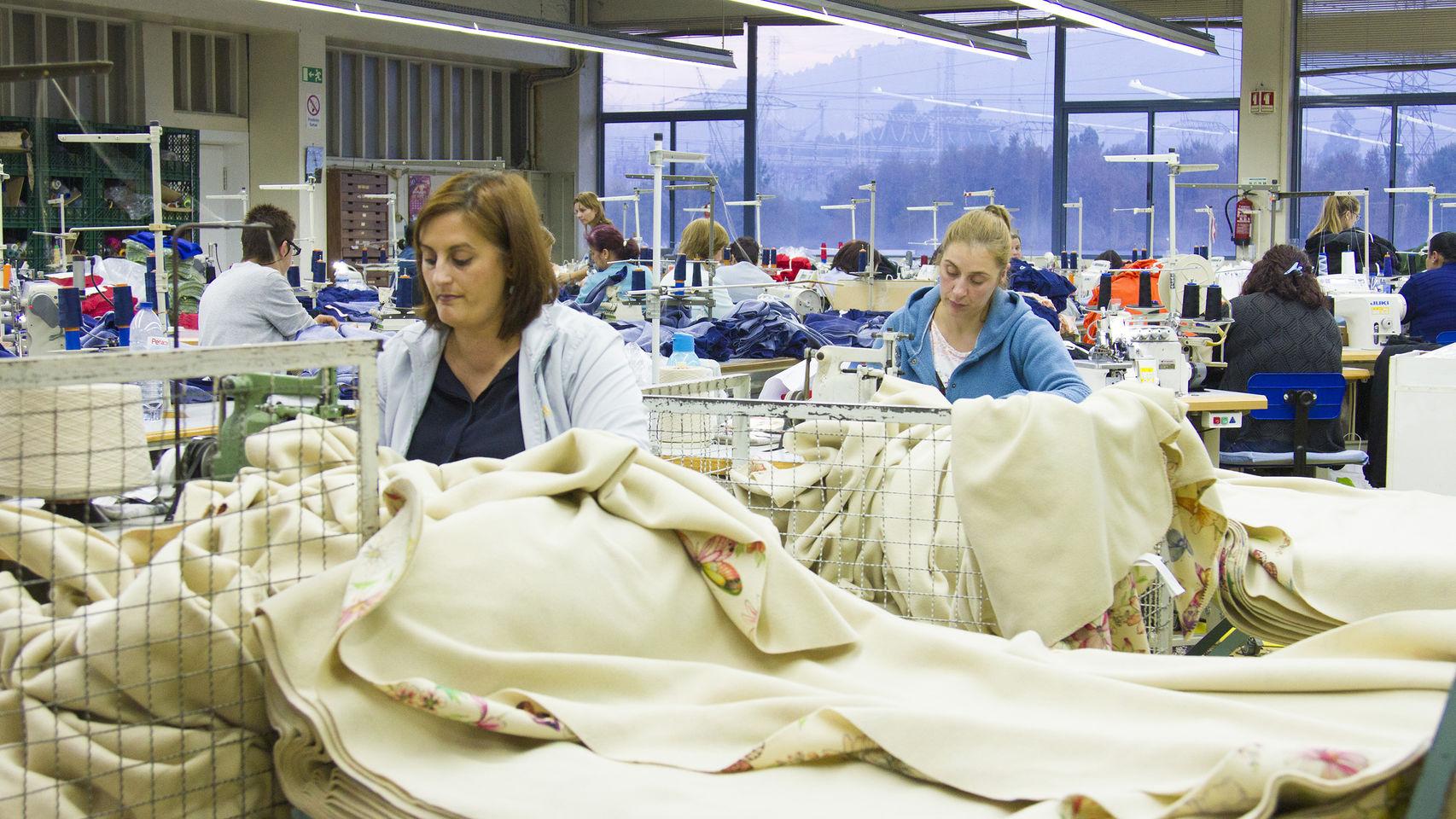 Costureras trabajan en la fábrica de Crispim Abreu en Serzedelo @elespanol.com
