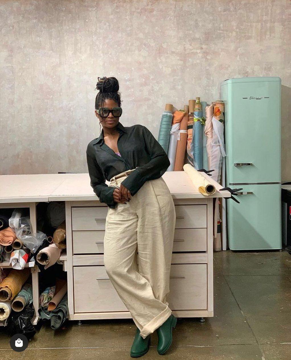 La herencia caribeña de Fe Noel está muy presente en los diseños de su marca en Brooklyn. Se estrenó en la industria a los 19 con una tienda de ropa 'vintage' desde la que fue dibujando su proyecto hasta hacerlo realidad, y al que ha añadido una fundación para ayudar a jóvenes emprendedoras. También su país de nacimiento, Nigeria, sirve de inspiración para los colores y estampados de Andrea Iyamah, otra diseñadora en ascenso que destaca especialmente en la moda de baño.